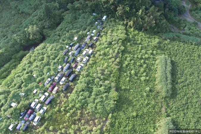Foto aérea de um rodovia com carros abandonados