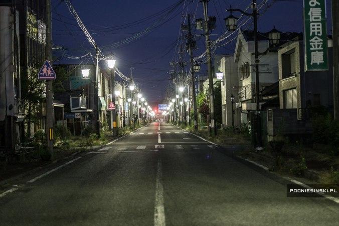 Mesmo com a cidade abandonada, as luzes publicas são acesas, que acabam causando mais estranheza.